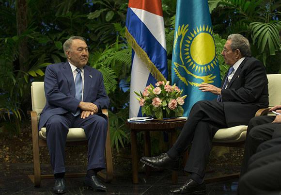 El presidente de los Consejos de Estado y de Ministros Raúl Castro, sostuvo conversaciones oficiales con el presidente de Kasajstán, Nursultán Nazarbáyev. Foto: Ismael Francisco/Cubadebate.
