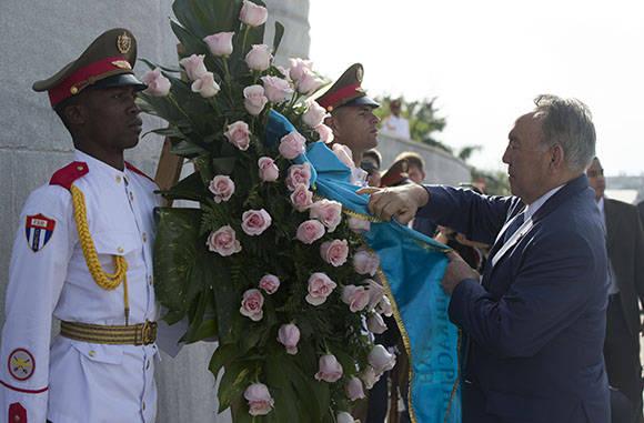 El presidente de Kasajstán, Nursultán Nazarbáyev., rindió honores al Héroe Nacional de Cuba, José Martí. Foto: Ismael Francisco/Cubadebate.