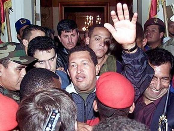 El comandante Hugo Chávez retornó al poder el 14 de abril luego de una gigantesca presión popular contra el golpe de Estado propiciado por poderes tradicionales venezolanos. Foto: PSUV
