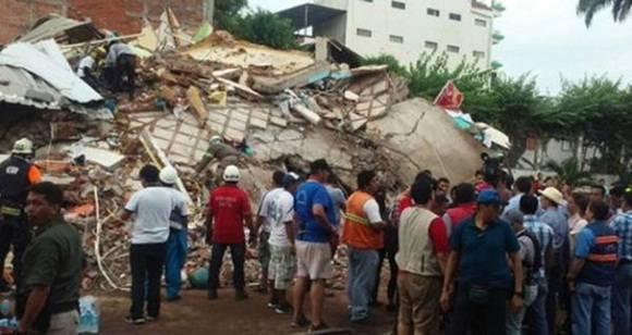Bomberos y voluntario se unen a las labores de rescate en Ecuador.