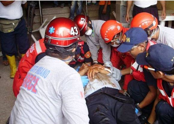 Aumenta a 577 número de muertos por terremoto en Ecuador