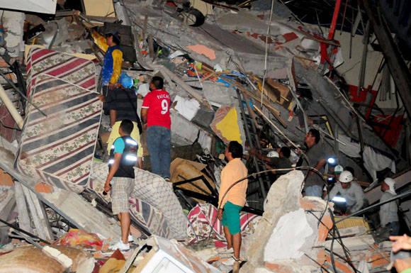 El sismo de 7.8 grados en la escala de Richter sacudió Ecuador este sábado, dejando al menos 77 muertos y casi 600 heridos. Foto: Reuters.