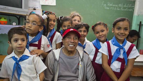 Smokey Robison con niños cubanos. Foto: Desmond Boylan/ AP