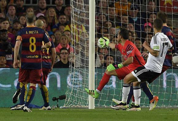 El portero del Barcelona Bravo ve como entra el balón en propia meta del despeje de Rakitic. Foto: AFP.