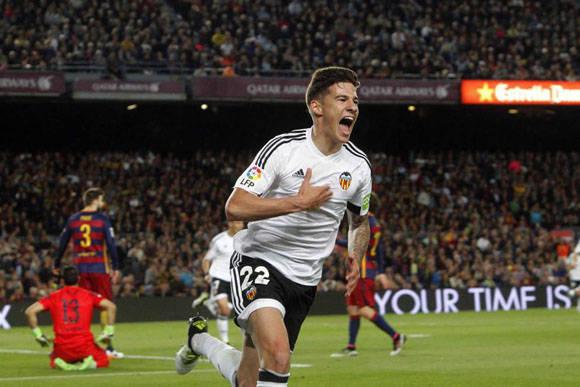 El delantero del Valencia Santiago Mina celebra el gol marcado al Barcelona. Foto: EFE.