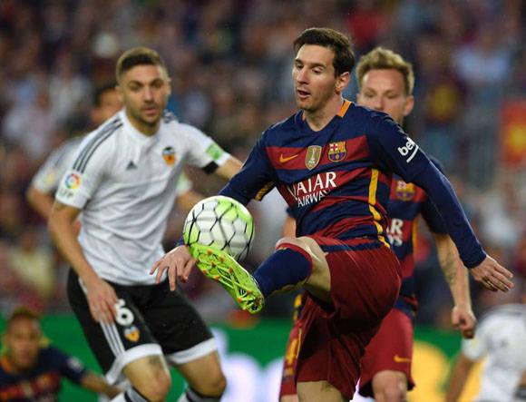 El delantero Messi controla en balón en presencia de Andre Gomes. Foto: AFP.