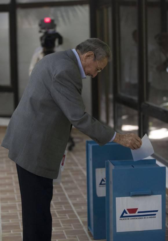 Raúl Castro Ruz, Primer Secretario del Partido, ejerce el voto para elegir a los miembros del Comité Central del Partido. Foto: Ismael Francisco/ Cubadebate