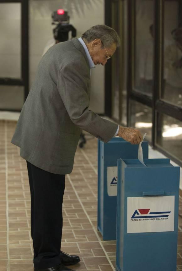 Raúl votó para elegir al Comité Central y también colocó en la urna la boleta de Fidel