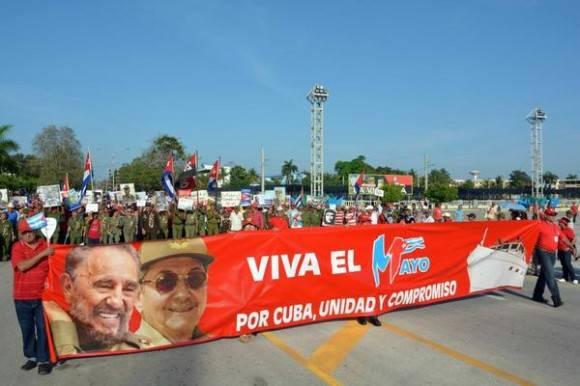 Cartel alegórico a la fecha, encabeza el desfile por el Día Internacional de los Trabajadores, en la ciudad de Bayamo  provincia de Granma, Cuba, el1 de mayo de 2016.     Foto: Armando Ernesto Contreras Tamayo / ACN