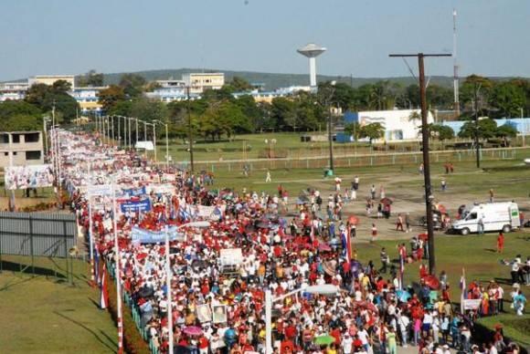 Marchan los guantanameros, en saludo al Día Internacional de los Trabajadores, en apoyo a los acuerdos del 7mo. Congreso del Partido Comunista de Cuba, a Fidel y a Raúl, en Guantánamo, el 1 de mayo de 2016.   Foto: Pablo Soroa / ACN