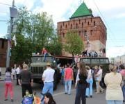 Niños juegan asombrados encima de técnicas militares en las afueras del Kremlin.