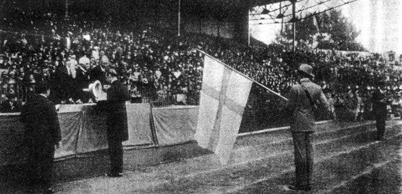 Coubertin, al centro, congratula a los finlandeses