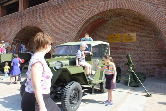 Niños juegan asombrados encima de técnicas militares de la época en el interior del Kremlin.