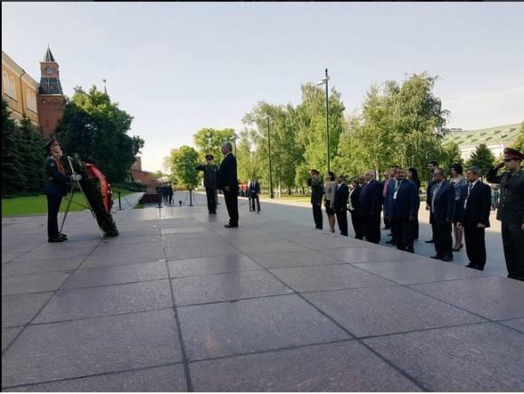 Admiración, respeto y homenaje a héroes y mártires de la Gran Guerra Patria. Vicepdte cubano Díaz-Canel en Moscú. Foto: Cuenta en Twitter de Rogelio Sierra, Viceministro de Relaciones Exteriores de Cuba