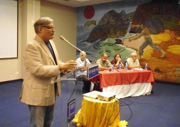 Amaury Pérez interviene en el taller, como autor y forista de Cubadebate. Al fondo, los panelistas.