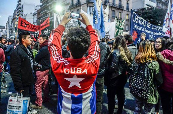 Y CUba también presente en las protestas en Argentina. Foto: Kaloian/ Cubadebate.