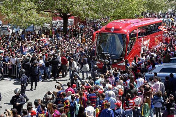 Así fue el recibimiento al Barça de los aficionados en Los Cármenes. Foto: Miguel Ángel Molina/ Marca.