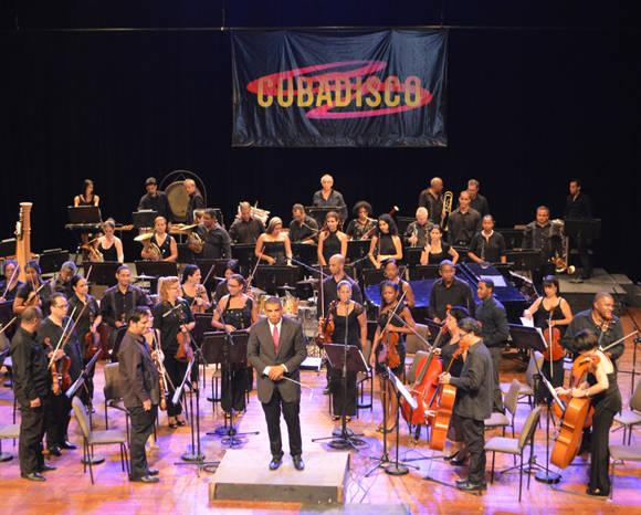 El Maestro Oreste Saavedra orquestó Cuba que linda es Cuba-Guantanamera. Foto: Marianela Dufflar