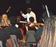 El maestro Joaquín Betancourt en plena dirección sinfónica Foto: Marianela Dufflar