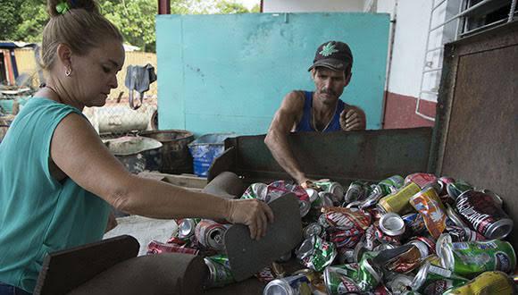 Clasificación de la materia prima. Foto: Ismael Francisco / Cubadebate