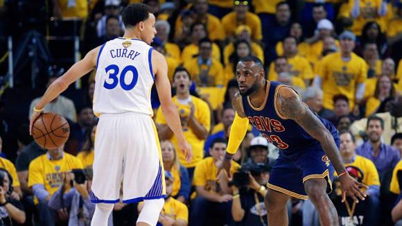 LeBrom James, considerado por muchos el mejor jugador de la NBA, se ha rendido ante el juego de Curry. Foto: Tomada de espndeportes.espn.go.com