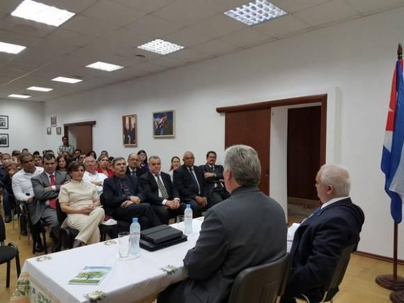 Díaz Canel en encuentro con los miembros de la misión estatal cubana en Moscú. Foto: Cuenta en Twitter de Rogelio Sierra, Viceministro del MINREX