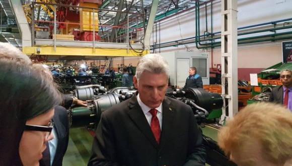 Díaz Canel durante su visita a la fábrica de  vehículos en Minsk (MAZ) que produce camiones para Cuba. Foto: Cuenta en Twitter de Rogelio Sierra, VM MINREX
