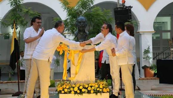 Momento en que develaron el busto en homenaje a García Márquez. Foto: Tomada de www.lavozdegalicia.es