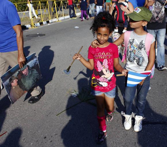 Dos hermanitos juntos en el desfile. Foto: José Raúl Concepción/ Cubadebate.