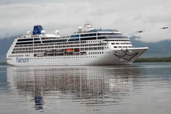El crucero Adonia operado por la compañía Carnival del estado norteamericano de la Florida, llega a la bahía de Santiago de Cuba, el 6 de mayo de 2016.  Foto: Miguel Rubiera Jústiz / ACN