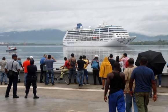 Santiagueros saludan el paso del crucero Adonia operado por la compañía Carnival del estado norteamericano de la Florida, en su arribo a la bahía de Santiago de Cuba, el 6 de mayo de 2016.  Foto: Miguel Rubiera Jústiz / ACN