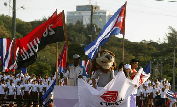 El león de Industriales también desfiló. Foto: José Raúl Concepción/ Cubadebate.