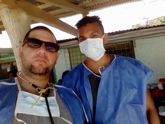 El Dr. Vigil junto a otro integrante de la Brigada Cubana. Foto: Dr. Enmanuel Vigil