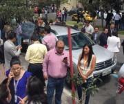 El sismo provocó que las personas saliran de sus oficinas y casa, en Quito. Foto: Diego Pallero/ El Comercio.
