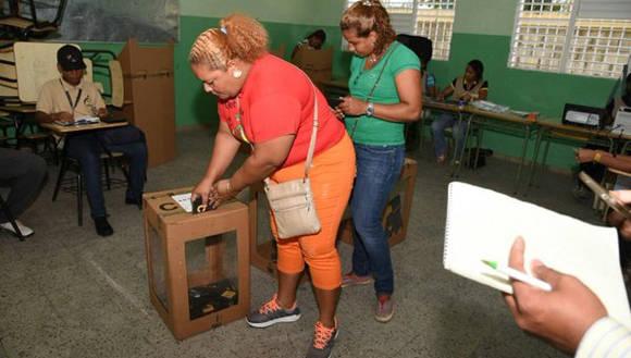 Los electores comenzaron a ejercer el sufragio en los principales colegios del país. Foto: @Diario_Libre