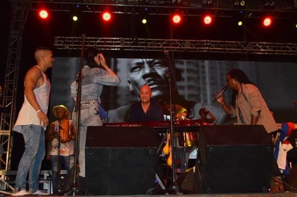Juan Carlos Alonso, quien fuera integrante y arreglista de la orquesta, en un solo de piano. Foto.Marianela Dufflar.