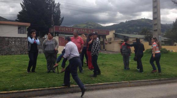 En el sector de El Pintado, en el sur de Quito, la gente salio a las calles al sentir el temblor de 6.8 grados en la escala de Richter este miércoles 18 de mayo del 2016. Foto: Pavel Calahorrano/ El Comercio.