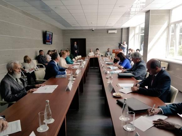 Estudian idioma ruso, grupo de jóvenes cubanos en el Instituto A. Pushkin de Moscú. Foto: Cuenta en Twitter de Rogelio Sierra, Viceministro del MINREX