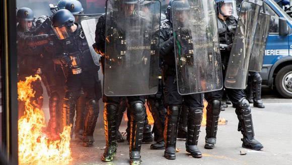 La policía intentó intervenir y comenzaron los intercambios violentos. Foto: EFE.