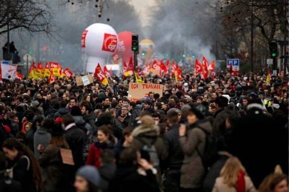 Franceses toman las calles contra reforma laboral. Foto: AP.