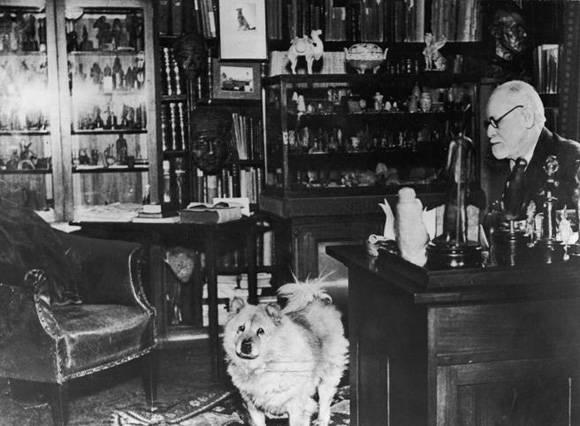 Freud junto a su perra Jofie.
