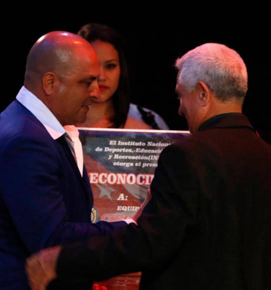 Roger Machado reconocido como el Mejor Manager. Entre el premio Higinio Vélez. Foto: Roberto Morejón/ Jit.