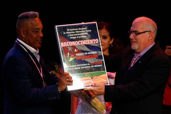 Víctor Mesa recoge el premio de tercer lugar. Foto: Roberto morejón/ Jit.