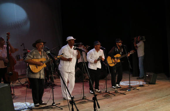 El reconocido trecero, Pancho Amat (izq.), actuó en la la Gala de la 55 Serie Nacional. Foto: Roberto Morejón/ Jit.