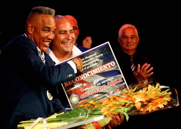 Víctor Mesa y Roger Machado en la Gala de premiaciones de la 55 Serie Nacional. Foto: Roberto Morejón/ Jit.