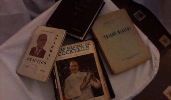 El ponente argentino, Tato Giovanonni, mostró varios títulos de los clásicos de la coctelería de su país-. Foto: Susana Tesoro/ Cubadebate.