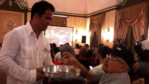La degustación de los cocteles fue de gran aceptación en el auditorio. Foto: Susana Tesoro/ Cubadebate.