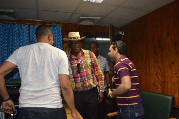 """Llegada de Johnny Ventura al programa """"El Exitazo"""" de Radio Taíno. Foto. Marianela Dugfflar / Cubadebate"""