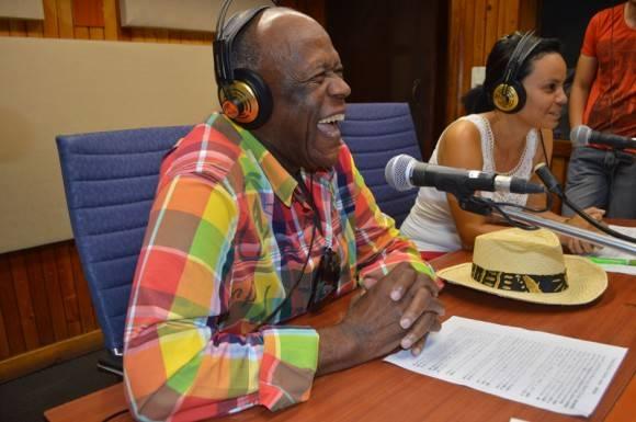 Durante el espacio radial Ventura logró dialogar, sonreír  y cantar vía telefónica con Omara Portuondo. Foto: Marianela Dufflar  / Cubadebate