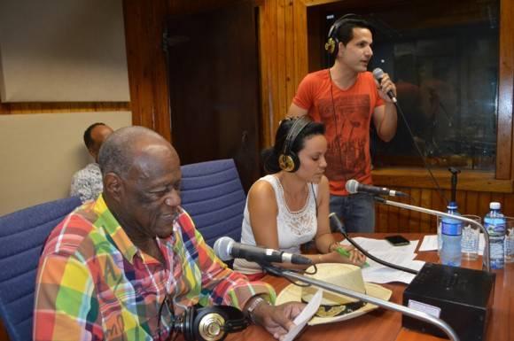 Los conductores del espacio y Johnny Ventura acoplaron sus voces para la despedida. Foto: Marianela Dufflar / Cubadebate